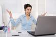 Glückliche junge Frau im Büro erhält eine positive Nachricht
