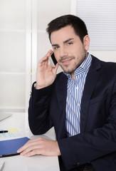 Portrait: gut aussehder Geschäftsmann am Telefon