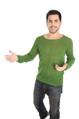 Glücklicher junger Mann in Grün isoliert auf Weiß: Präsentation