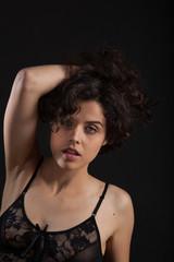 Modella su sfondo nero