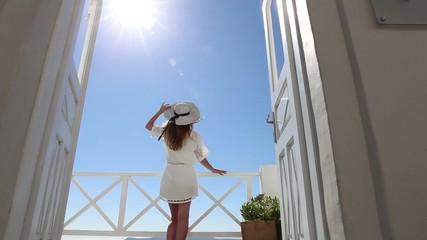 Schöne Frau im weißen Kleid