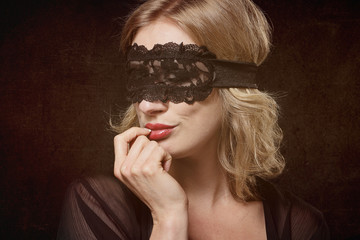 femme sexy avec masque en dentelles