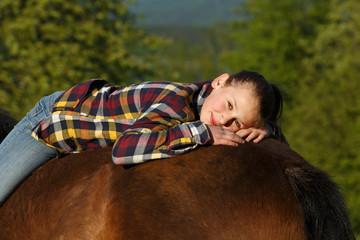 Jugendliche auf Pferdekruppe