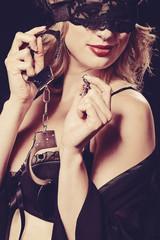 femme sexy avec masque en dentelles et menottes