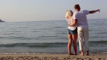 Pärchen spaziert am Strand auf Kreta