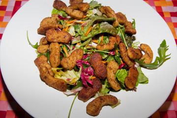 Sojageschnetzeltes auf Salat