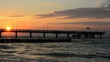 Brücke in das Meer beim Sonnenuntergang
