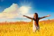 Счастливая девушка на природе - 68616413