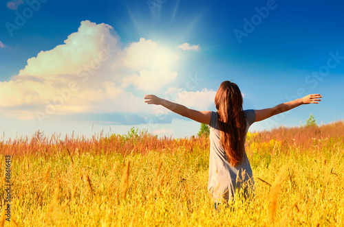 Leinwandbild Motiv Счастливая девушка на природе