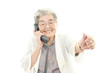 電話中の年配者