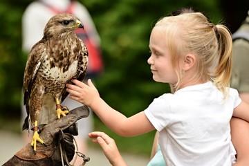 faucon et petite fille