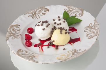 Plato de helado de varios sabores en vajilla elegante