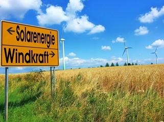 Solarenergie und Windkraft - Straßenschild