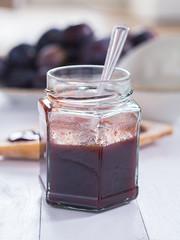 Hausgemachtes Pflaumenmus in einem Glas