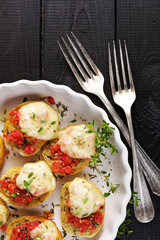 Tomato crostini with mozzarella, oregano and thyme