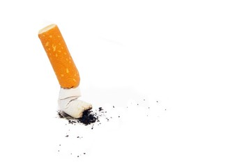 Zigarette ausgedrückt auf weiß isoliert