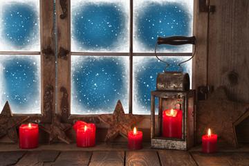 Weihnachten: Dekoration Weihnachtsfenster mit roten Kerzen