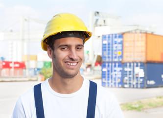 Freundlcher Hafenarbeiter lacht in die Kamera