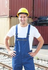 Hafenarbeiter mit Container