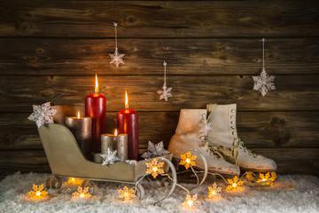 Weihnachtskarte mit vier roten Kerzen als Hintergrund