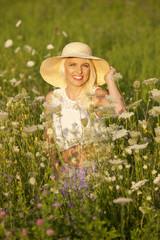 Glückliche Frau in Blumenwiese