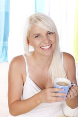 Glückliche Frau mit Kaffeebecher
