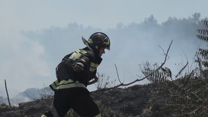 Firefighter runs with a hose and then puts out fire
