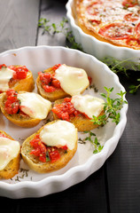 Crostini with tomato salsa and mozzarella cheese