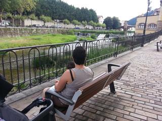 Sentado a la orilla del rio