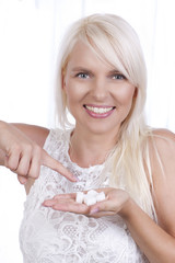 Frau mit Zuckerwürfeln