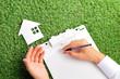 緑の芝生と住宅相談窓口
