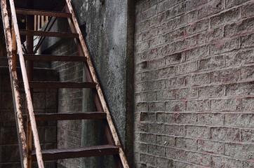 古びた階段と壁