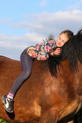 Mädchen träumt auf Pferd