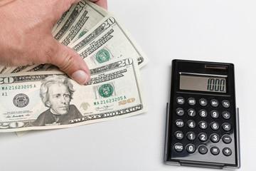 Dollarscheine und Taschenrechner