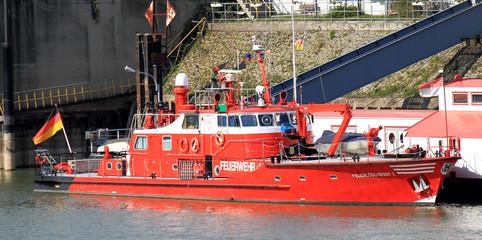 Feuerwehrboot im Hafen