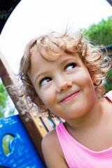 bambina a divertirsi nel parco