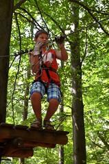 Junge klettert - Kletterwald