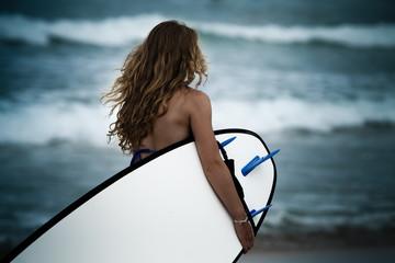 Surfeuse et sa board