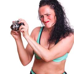 Frau ist wütend, weil Fotoapparat versagt