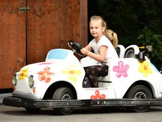 petites filles dans la voiture de jouet
