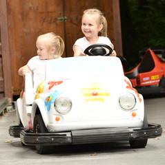 deux petites filles dans la voiture de jouet