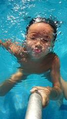 Niña sumergida en el agua
