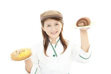 デザートを持つ笑顔のウェイトレス