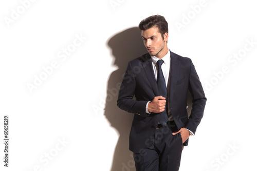 Leinwandbild Motiv side view of an elegant business man looking away