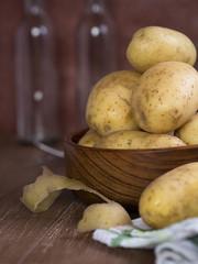 Rohe Kartoffeln in einer Schale