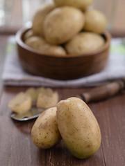 Rohe Kartoffeln auf einem Tablett
