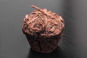 Schokomuffin - babeczka czekoladowa posypana czekoladą