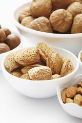 Verschiedene Nüsse in weißem Hintergrund