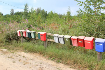 15 bunte Briefkästen im Päijänne Nationalpark in Finnland