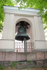 Die riesige Glocke neben der Pfarrkirche von Suomenlinna